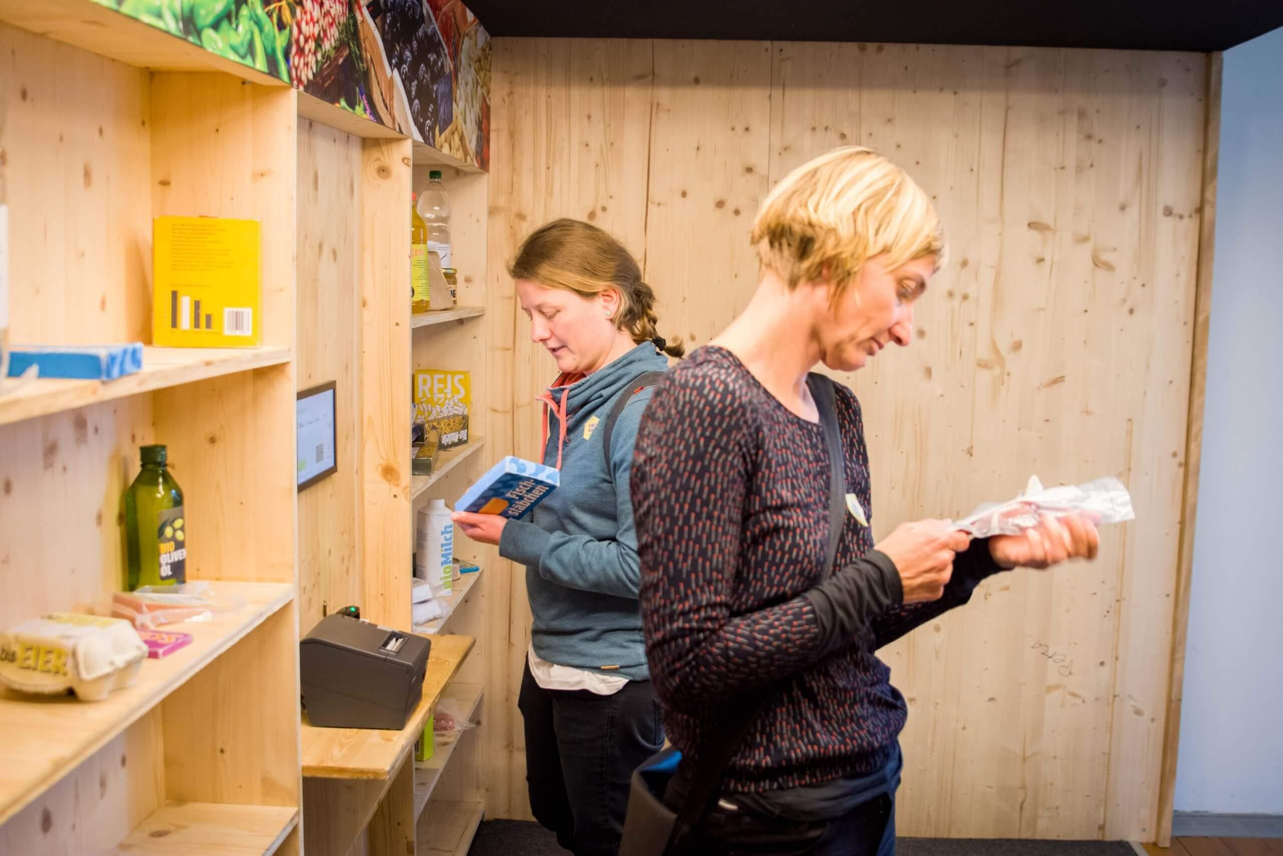 Bild vom Ausstellungsbesuch mit zwei Frauen